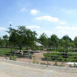 Jardin de l'hôpital de Bourg Achard vue de l'entrée